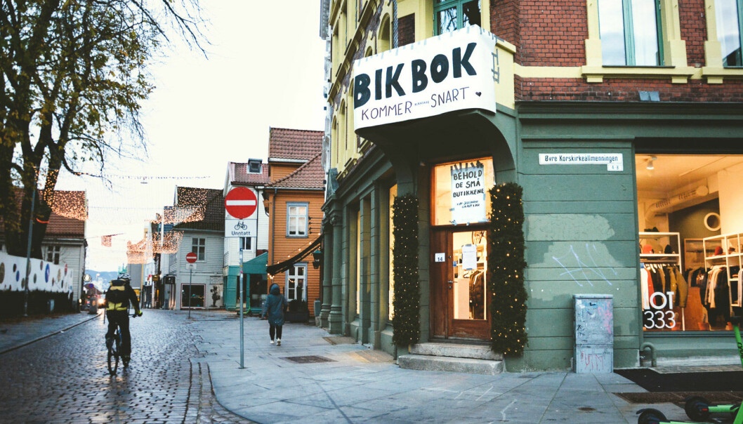 I løpet av en natt ble 20-25 uavhengige, lokaleide butikker i Bergen dekket over av plakater med det som umiddelbart kunne se ut som logoen til store internasjonale kjeder som var på vei inn i lokalene. Her fra Lot333 i Kong Oscars gate. Det førte til at flere begynte å handle i de mindre butikkene