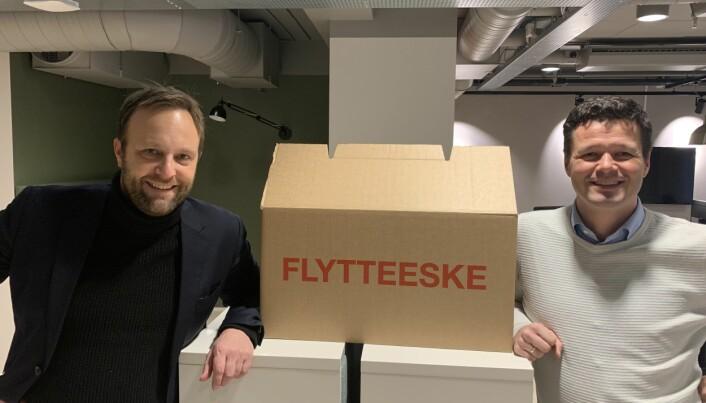 Bilde fra da daglig leder Sindre Beyer (t.v) og seniorrådgiver Lars Nermoen i TRY Råd pakket ut flyttelasset i TRY-huset nyoppussete lokaler i Øvre Slottsgate 8 tilbake i 2018.