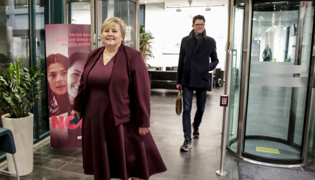 Statssekretær og spinndoktor Rune Alstadsæter kommer tuslende bak statsminister Erna Solberg (H) etter en TV-opptreden i NRK. Alstadsæters jobb de neste månedene er å sørge for at Solberg får fire nye år som statsminister, hvirdan de skal gjøre det kan du lese mer om i denne saken.