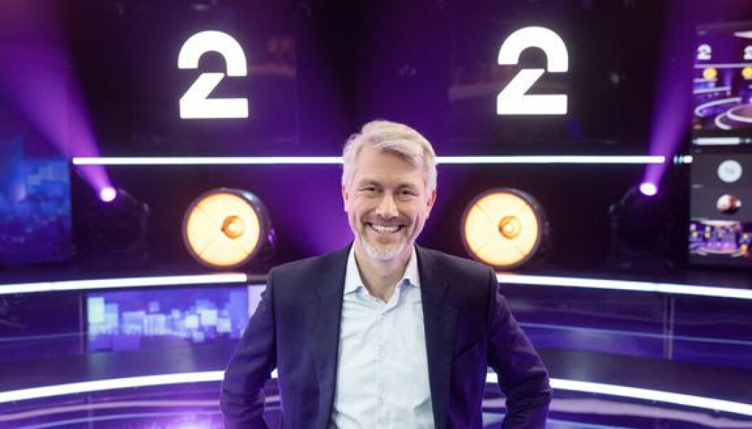 TV 2-sjef Olav T. Sandnes med TV 2 sin nye logo bak