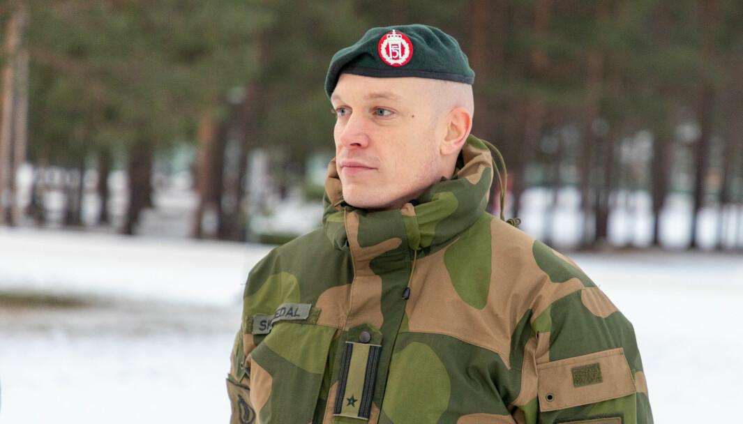 Eirik Skomedal gikk fra å ha en karriere som kompanisjef til å bli talsperson for hæren. Det var en svett begynnelse for majoren.
