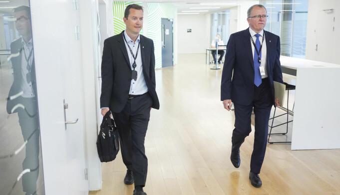 Bård Glad Pedersen, Informasjonsdirektør, og Eldar Sætre, tidligere konsernsjef i Equinor under en pressekonferanse i forbindelse med presentasjon av kvartalsresultat for andre kvartal 2020. Foto: Fredrik Hagen / NTB