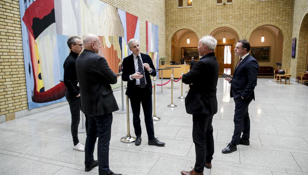 Leder i Arbeiderpartiet (Ap) Jonas Gahr Støre snakker med journalister. På bildet er journalistene Bjørgulv Braanen, Thomas Spence og Kjetil Løset. T.v kommunikasjonssjef i Arbeiderpartiet Jarle Roheim Håkonsen. Foto: Vidar Ruud / NTB