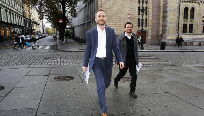 Her er Ketil Raknes, i rollen som rådgiver for SVs nestleder, Bård Vegar Solhjell (t.v.)på vei til partikontoret for presentere utkast til nytt prinsipprogram for SV for elleve år siden.