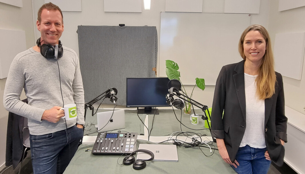 Programleder Eirik Bergesen og redaktør Mari Mellum i «Kommunikasjonspodden». Nå er de i full gang med produksjonen av sesong tre.