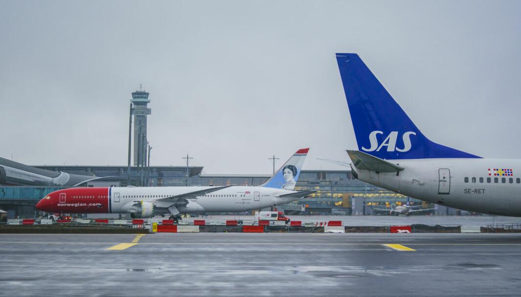 Et fly fra Norwegian og et SAS-fly på Oslo lufthavn. Det var altså disse to flyselskapene som lagde mest koronatrøbbel for norske forbrukere. Foto: Stian Lysberg Solum / NTB
