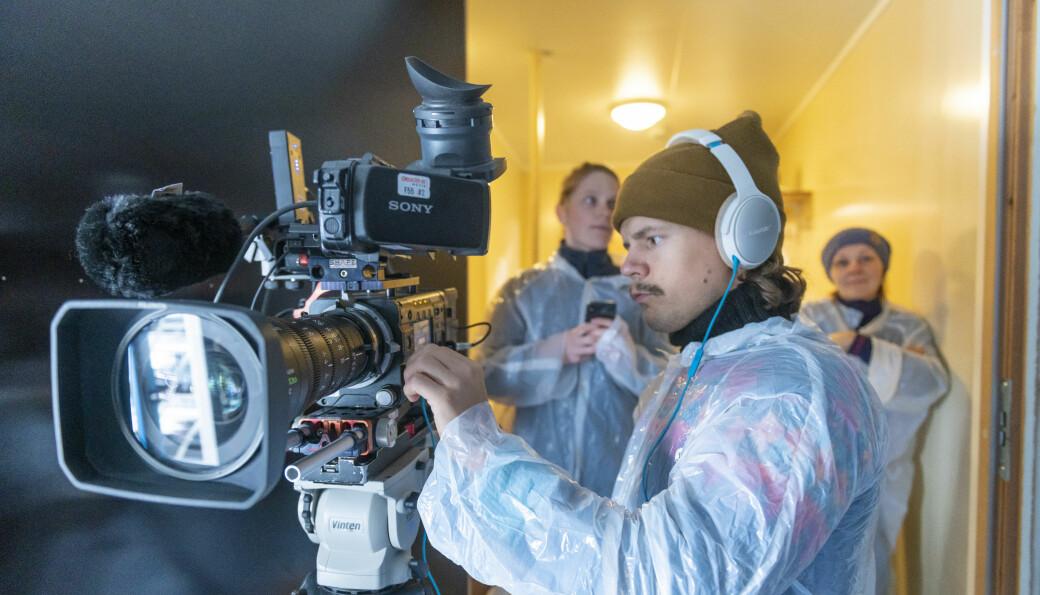 Fotograf Kevin Benum Kjeldsrud under innspilling av visningsfilm for LetSea, Norges største forsøks- og forskningssenter for havbruk.