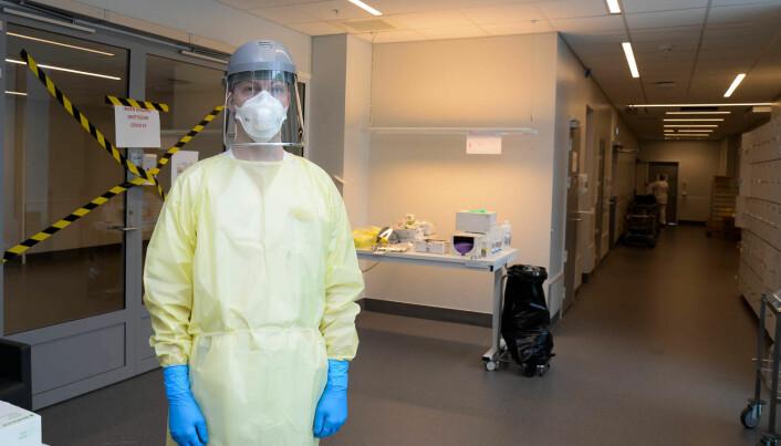 Ansatte på UNN Tromsø har «trent» på smittevernbekledning basert på videoen fra kommunikasjonssenteret og smittevernsenteret.
