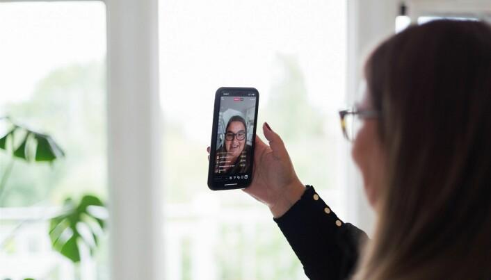 Astrid Valen-Utvik lager ofte filmer til egne kanaler, og er en dreven innholdsprodusent. Lys er en viktig faktor når hun skal lage video.