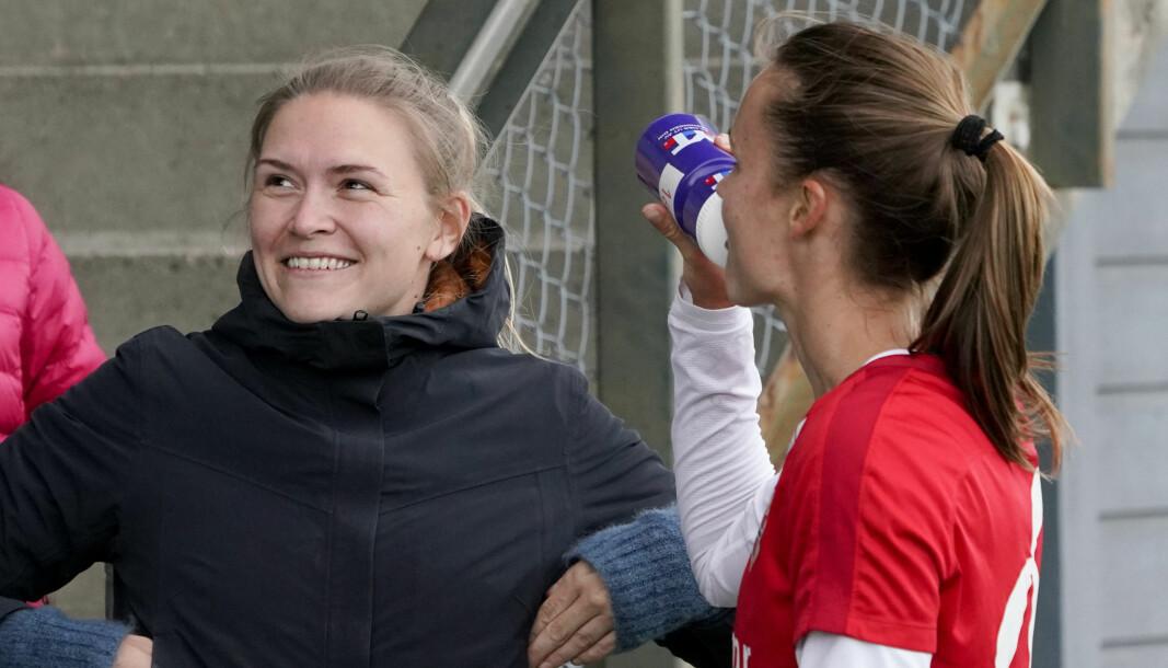 Ingvild Isaksen (t.v) og Caroline Graham Hansen under vennskapskampen i fotball mellom Norges kvinnelandslag og Sprint-Jeløy Junior. Nå har Isaksen fått jobben som medieansvarlig på kvinnelandslaget.