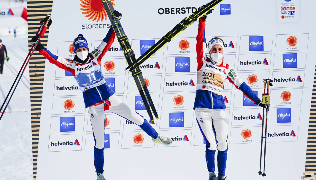 Therese Johaug (t.v.) og lagvenninne Heidi Weng under VM på ski 2021 i Oberstdorf, Tyskland. Her har de på klær fra Dæhlie Sportswear. Foto: Lise Åserud / NTB