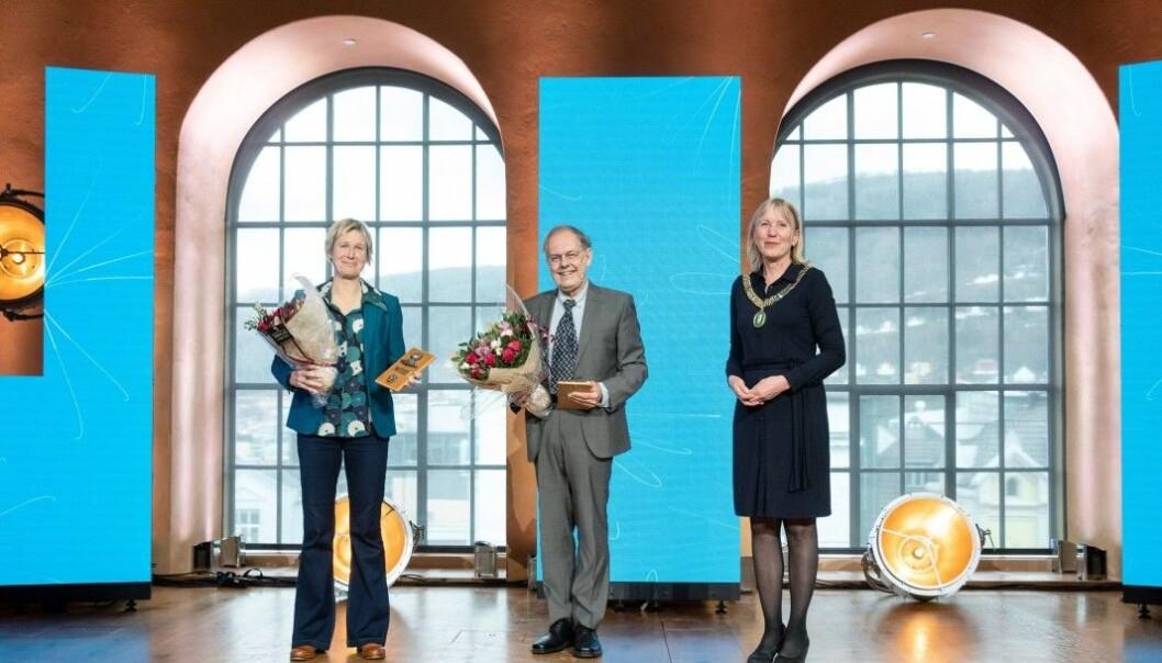 Prisvinnarane Linda Eide (frå venstre) og Gunnstein Akselberg, saman med UiB-rektor Margareth Hagen.