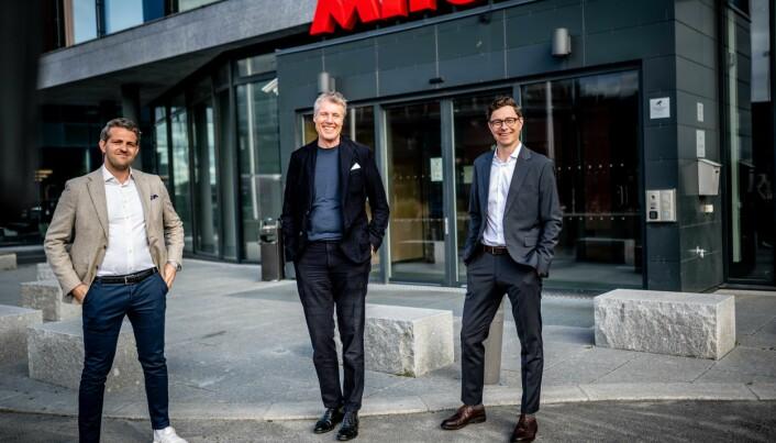 Henrik Hellenes forlater Ahead Group og gir staffettpinnen videre til Kjetil Botten Skogly som blir ny administrerende direktør (t.h). I midten ser du konsernsjef Dag Sørsdahl i Aller Media.