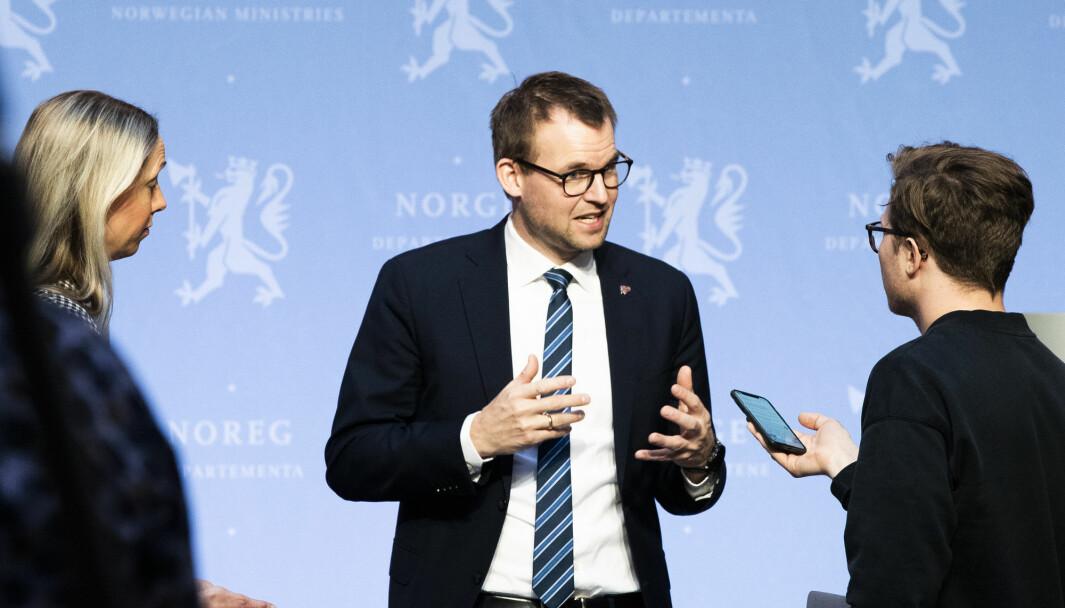 Barne- og familieminister Kjell Ingolf Ropstad under pressekonferanse om koronasituasjonen. Nå søker departementet etter en ny kommunikasjonsrådgiver. Foto: Berit Roald / NTB