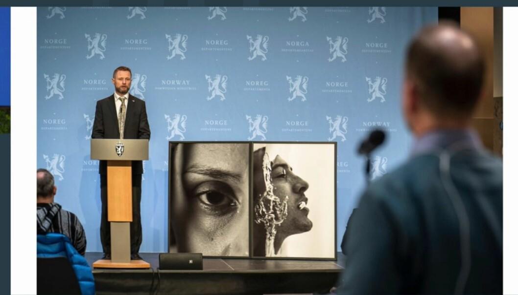 Helseminister Bent Høie brukte bilder som var tatt til kampanjen under en pressekonferanse.