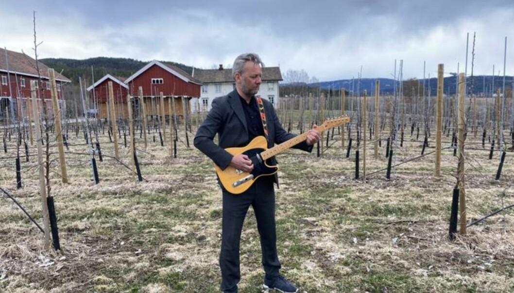 Thor Bjørn Omnes, kommunikasjonssjef Skagerak Energi, stilte opp med både vokal og gitar.