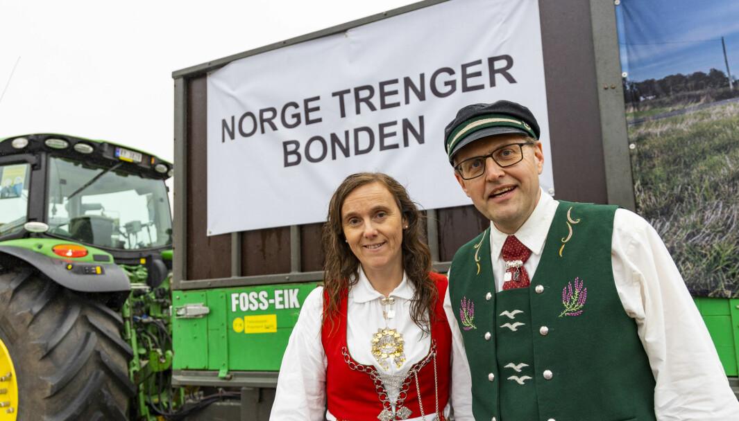 Arthur Salte, sentralstyremedlem i Norges Bondelag, har sammen med kona Marit kjørt med traktor fra Salte på Jæren og skal kjøre til Oslo som en del av bondeopprøret 2021. De er positivt overrasket over all støtten de har fått langs veien av bilister og andre som støtter dem.