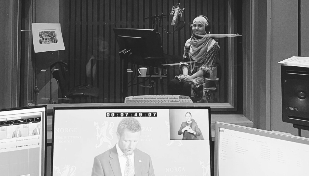 En time eller to etter at tolken har fått manus går de i studio hvor de skal synkronisere lyden med det Erna Solberg og Bent Høie sier under pressekonferansene. Også leser de inn. Det er ikke fullstendig dubbing, for det har de ikke nok tid til å forberede. De siste måneder har Ambreen Tufail vært stemmen til Bent Høie på urdu.