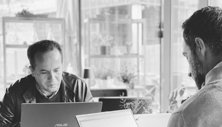 Det vanlige tolkeoppdraget i Norge er et oppdrag for offentlige sektor hvor man tolker for fastleger, i kommunehelsetjenesten eller spesialisthelsetjenesten. Mye tolking foregår også i rettsvesenet, politiavhør og domstolene. Der er det ofte dialogtolking hvor det tolkes mellom to parter.