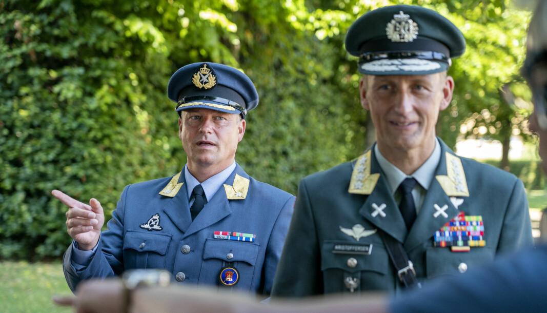 Eystein Kvarving (t.v) er kommunikasjonssjefen til forsvarssjefen. Her er han sammen med Eirik Kristoffersen etter at han overtok som forsvarssjef etter Haakon Bruun-Hanssen.Foto: Gorm Kallestad / NTB