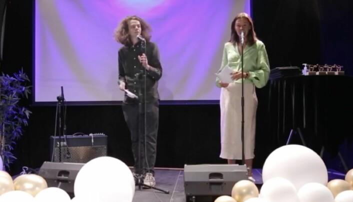 Sendingen streames live på Gullkalvens Facebookside, og selve arrangementet foregår med et begrenset antall mennesker samlet på Åpen Scene i Oslo. Konferansierer er Hallvard Dyrnes og Emilie Gresmo Johansen.