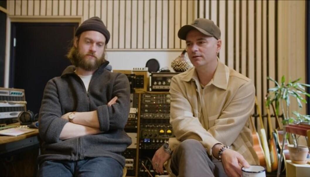 Arthur Berning og Janove Ottesen i samtale under innspillingen.