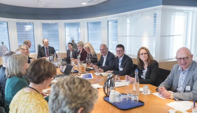 Samferdselsminister Jon Georg Dale (Frp)møter representanter fra Nord-Jæren til et møte om bompengeinnkreving.F.h.: Fylkesrådmann Trond Nerdal i Rogaland fylkeskommune, Randaberg-ordfører Kristine Enger (Ap),Sola-ordfører Ole Ueland (H), Sandnes-ordfører Stanley Wirak (Ap), Stavanger-ordfører Christine Sagen Helgø (H), Fylkesordfører Solveig Ege Tengesdal (KrF) i Rogaland, Politisk rådgiver Karine Skaret (Frp) i Samferdselsdepartementet og Samferdselsminister Jon Georg Dale