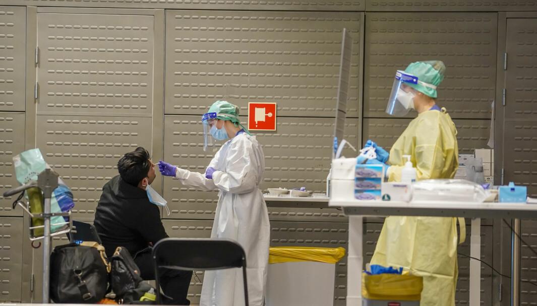 Passasjerer fra Doha og Dubai testes for covid-19 etter ankomst i Norge. Helsemyndighetene i Ullensaker kommune har etablert et eget testsenter på Oslo lufthavn for passasjerer som ankommer Norge fra utlandet.