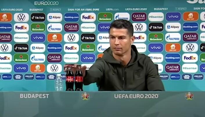 Her fjerner Ronaldo Cola-flaskene. Det gav selskapet et potensielt tap på 35 milliarder kroner.