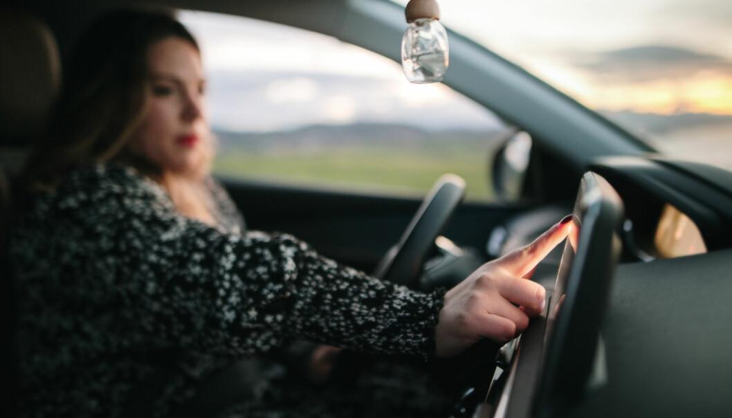 – Når halvparten av bilistene har hatt oppmerksomheten på skjermen og ikke på veien, er det alvorlig, sier Tangstad-Holdal i TSF.