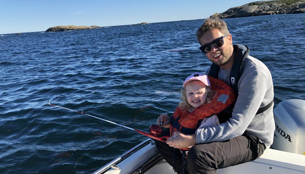Pappa Morten Lervaag Jacobsen og Vilma (3 år) på fisketur utenfor Sandøya.