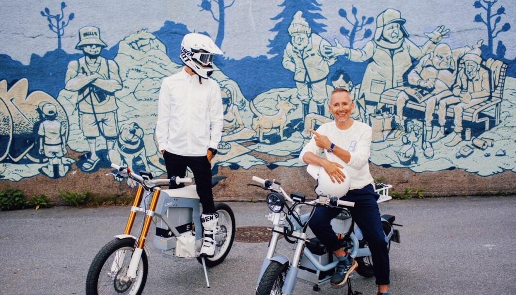 To greie fyrer, Torstein Greni med hjelm og Eivind Eidslott med pekefingeren.