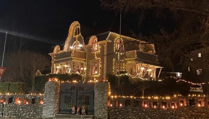 Tittelen til den første boligartikkelen lyder slik: «Hele byen kjenner denne store, vakre villaen som «Julehuset».»