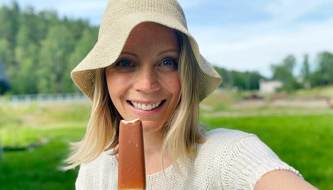 Lena Simone Jensen starter sommeren med jobb og iskaffe-pauser på terrassen før ferden går nordover for å besøke familie