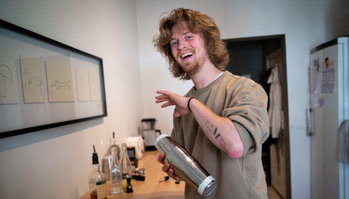 TikTok-bartender Andreas Ording brenner så hardt for bartenderyrket at han har foreviget det på armen. To shakere som skal vise hans lidenskap for coktails.