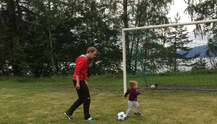 Tor-Martin Torbergsen sammen med datteren på Utøya i 2015.