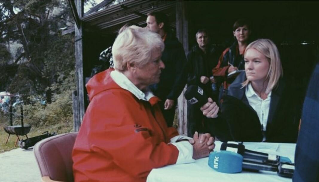 På dagen 22. juli hadde Hanne Sætre fått i oppdrag å bli med over til Utøya for å dekke Gro Harlem Brundtland sitt besøk. Bildet viser Sætre i intervju med Gro, det samme bildet henger på veggen hennes hjemme.