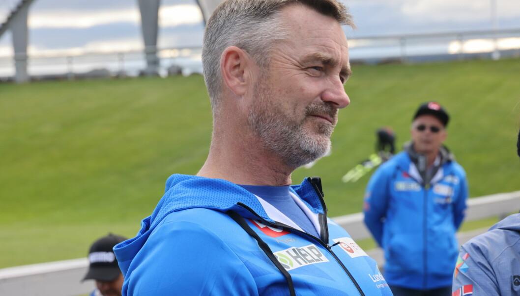 Clas Brede Brthen og i bakgrunnen leder i hoppkomiteen Alf Tore HaugFoto: Geir Olsen / NTB