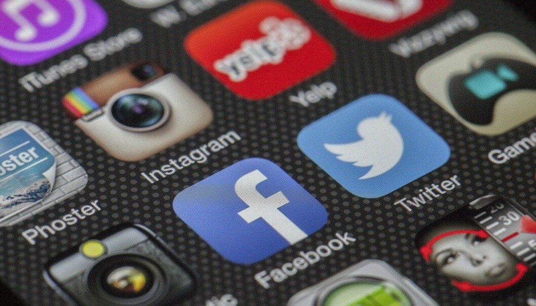 Endringen består i at sannsynligheten for at en bruker vil kommentere på eller dele en post med politisk innhold vil ha mindre betydning