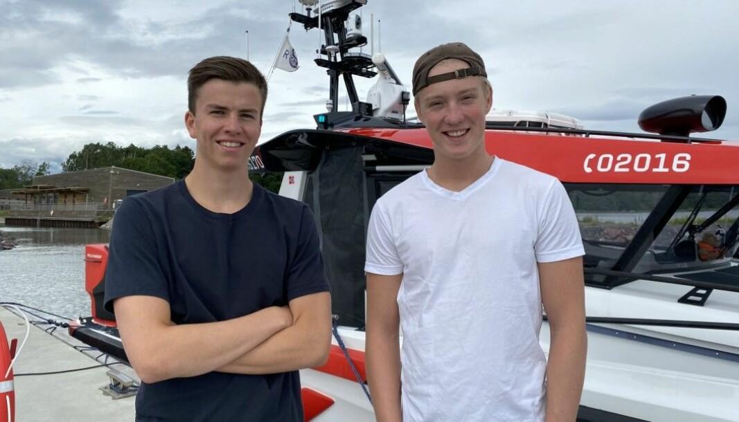 Kameratene Max og Torkel har denne sommeren reist landet rundt for å spre kunnskap om sikkerhet til sjøs.