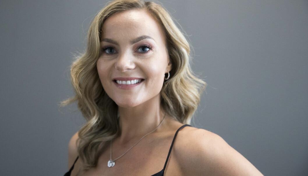 Influenser Caroline Berg Eriksen poserte nylig med et glass vin på et bilde der hun reklamerte for en frisør. Det bryter med alkoholloven.