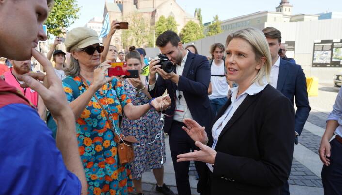 FrP -leder Sylvi Listhaug snakker med aktivister fra Extinction Rebellion på gaten utenfor Olje- og energidepartementet mandag 23. august. Et stort pressekorps var på plass.