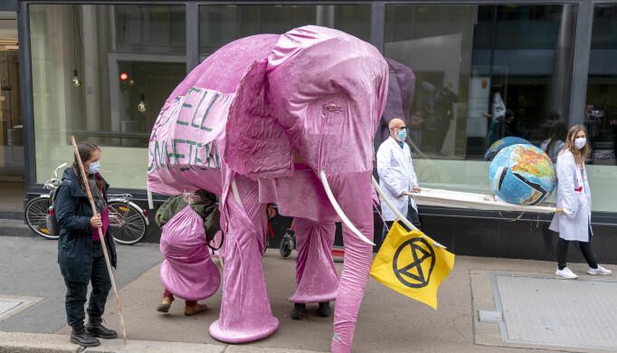 Aksjonsgruppa Extinction Rebellion aksjonerer mot den norske oppdrettsnæringen. På bildet ser du «oljefanten».Foto: Gorm Kallestad / NTB