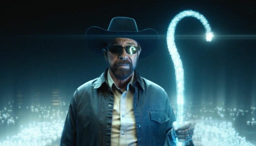 Chuck Norris fanger karbon med bare pusten, omdanner sol og vind til energi på ekte Hollywood i Akers nye reklamefilm.