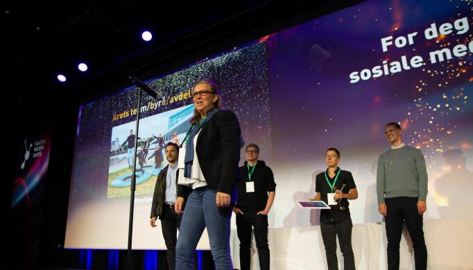 Bymiljøetaten, Oslo kommune vant prisen for «årets team/byrå/avdeling». Foran mikroforen står Mia Kolbeinsen, Teamleder kommunikasjon og marked, med teamet sitt bak.