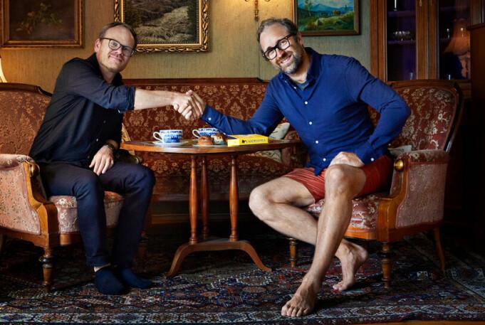 – Vi komplimenter hverandre godt i hver vår rolle, men fra nå av bruker vi sokker på kontoret., sier daglig leder Joachim Skageng (f.v), sammen med grunnlegger og kreativ leder Tore Woll.