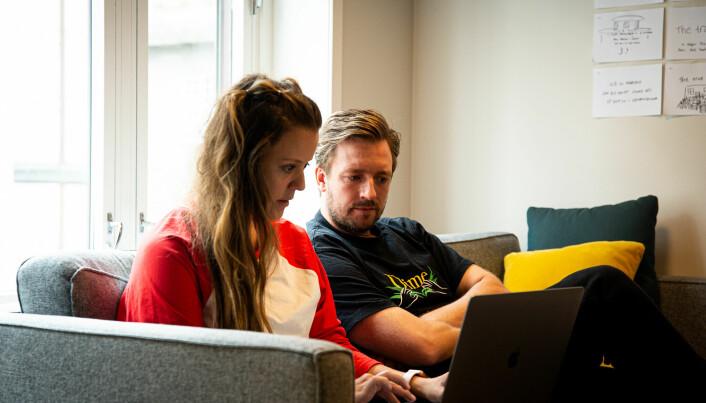 Kreatørene Caroline Riis og Eirik Sørensen i dyp konsentrasjon.