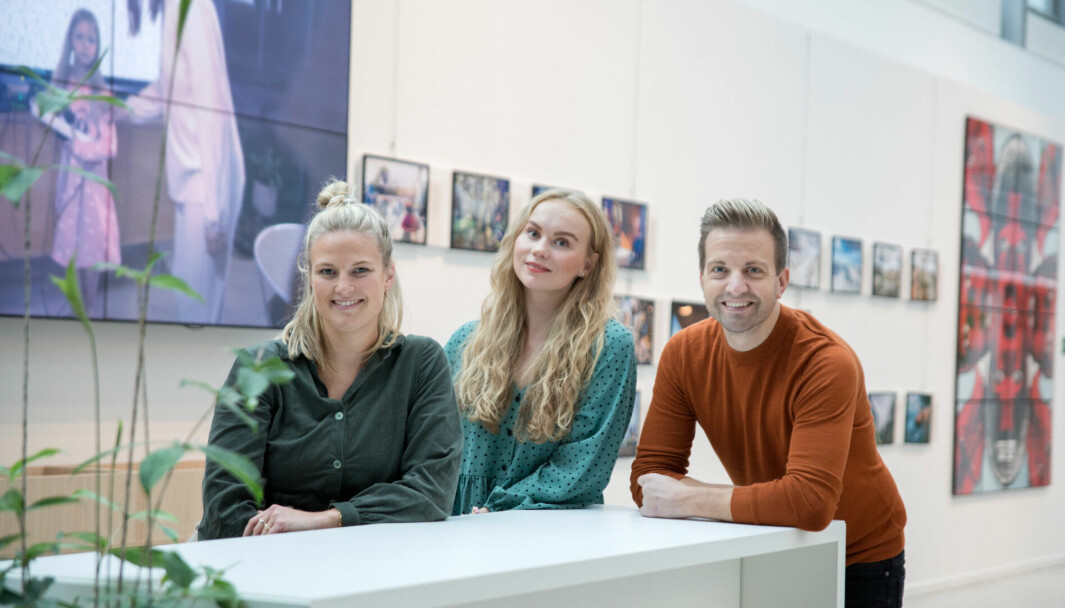 Nora Fossem Nygaard og Jenny Oppegård Birkeland har fått jobb i Ifs kommunikasjonsstab. Her sammen med kommunikasjonsdirektør i If, Andreas Handeland.