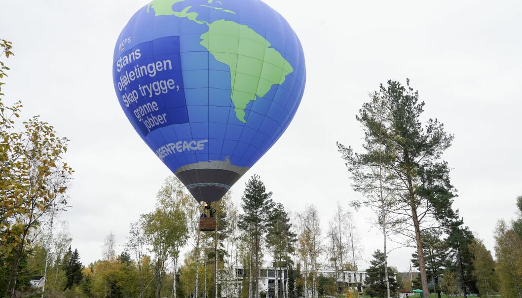 Hurdal 20211006. Greenpeace sendte opp en ballong mens Ap-leder Jonas Gahr Støre og Sp-leder Trygve Slagsvold Vedum fortsetter arbeidet med å få på plass en regjeringsplattform på Hurdalsjøen Hotel onsdag.Foto: Terje Pedersen / NTB
